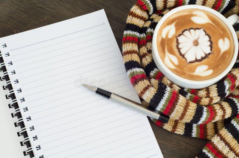 La taza de café rodeó la bufanda caliente imagenes de archivo