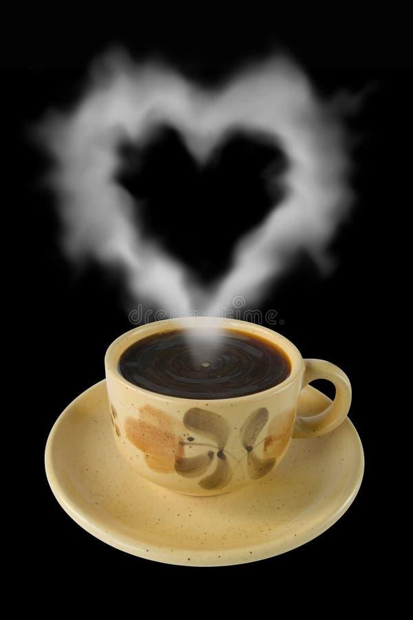 La taza de café y el vapor tienen gusto de un corazón fotografía de archivo