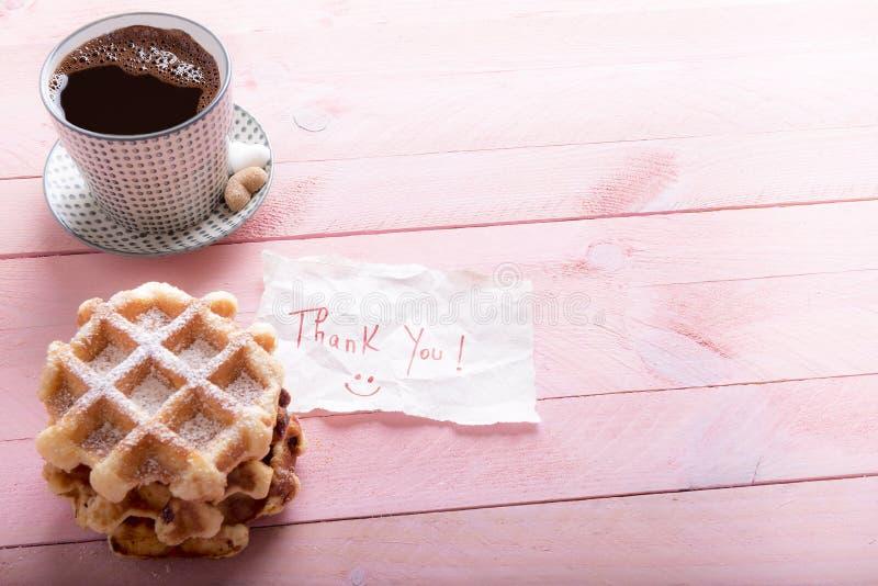 La taza de café y le agradece observar foto de archivo libre de regalías