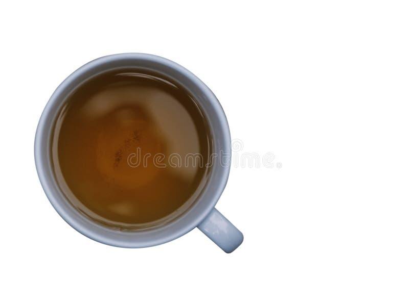 La taza de té en la tierra trasera blanca con la trayectoria coppy del espacio y de recortes imagen de archivo