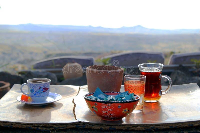 La taza de té y de café turcos en la tabla de madera en las montañas imágenes de archivo libres de regalías