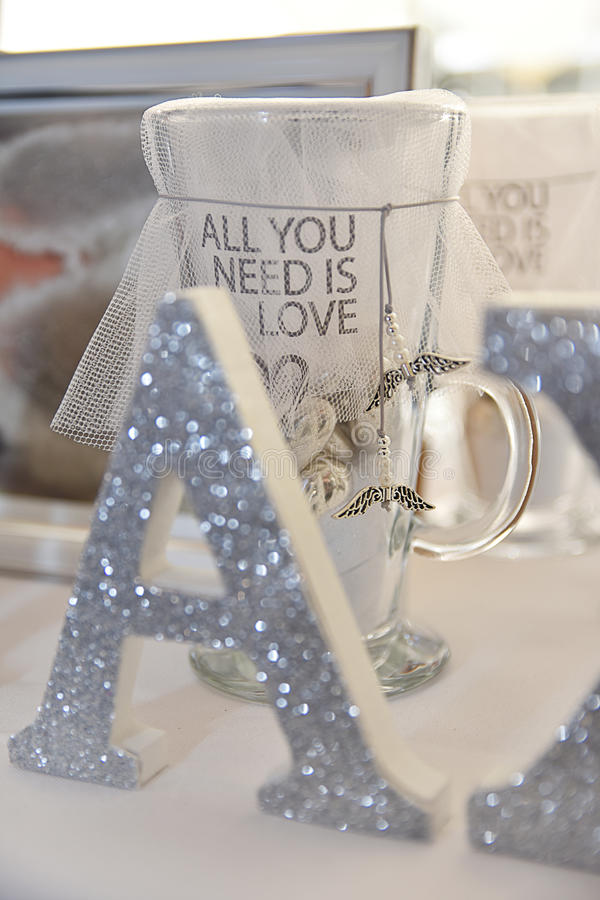 La taza decorativa toda lo que usted necesita es amor imagen de archivo libre de regalías