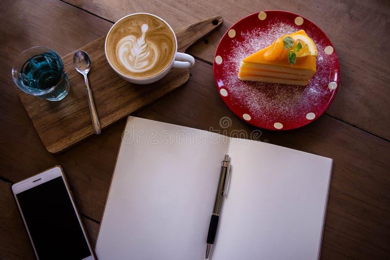 La taza del aroma del latte del café de la visión superior y la Navidad sabrosa apelmazan relaxti imagen de archivo