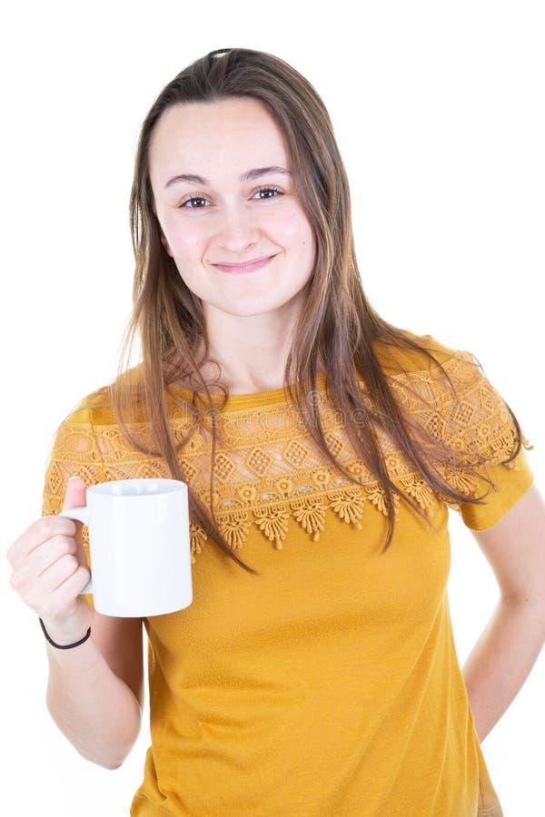 La taza del café con leche de la tenencia de la mujer joven diseñó la fotografía común de la maqueta foto de archivo libre de regalías