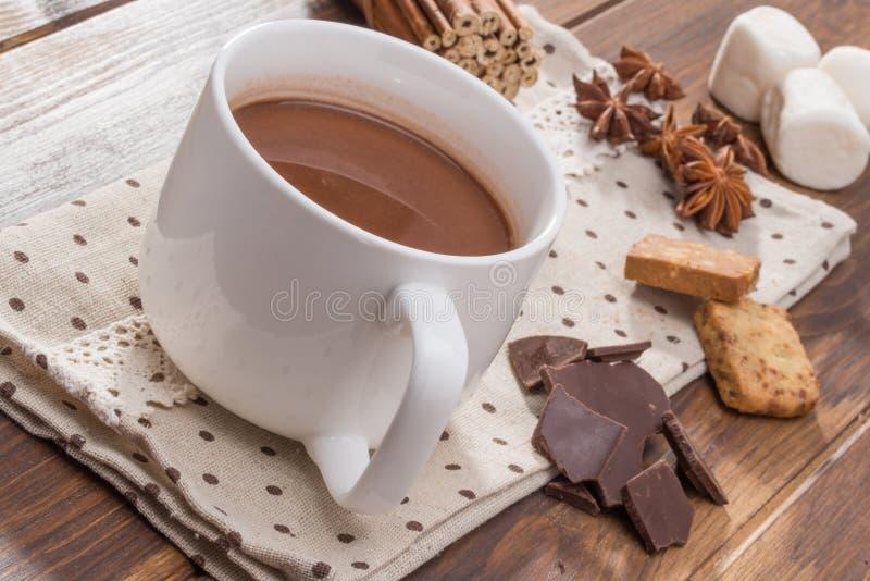 La taza llenó del chocolate caliente hecho en casa, melcocha con la especia imagenes de archivo