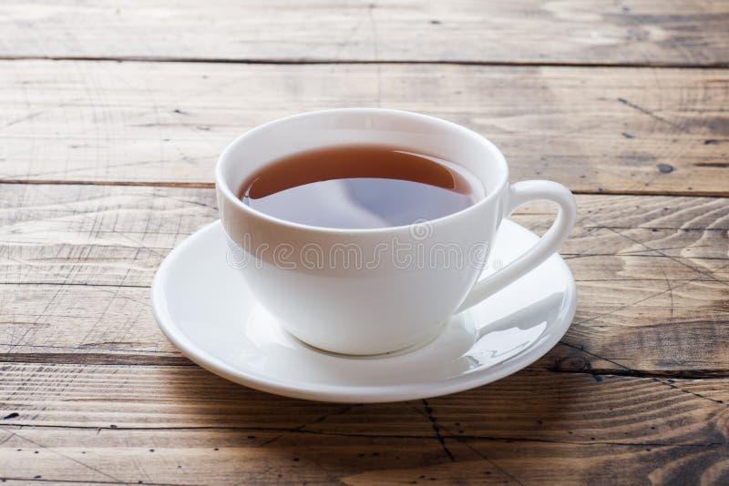 La tazza con la bevanda della cicoria e la cicoria blu fiorisce sulla tavola di legno Copi lo spazio fotografia stock libera da diritti