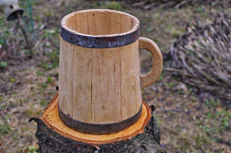 La tazza del grande bottaio da un albero fotografia stock