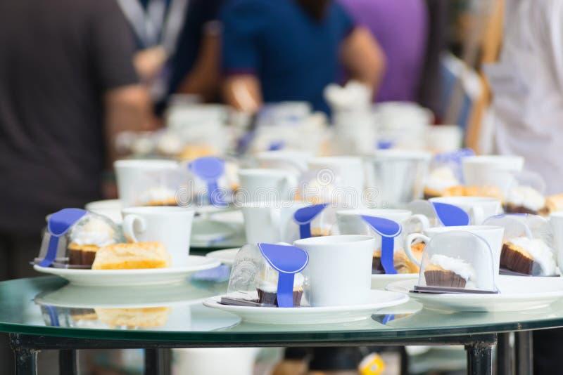 La tazza di caffè ha messo con il dessert sul Talbe a tempo del freno del caffè fotografia stock libera da diritti