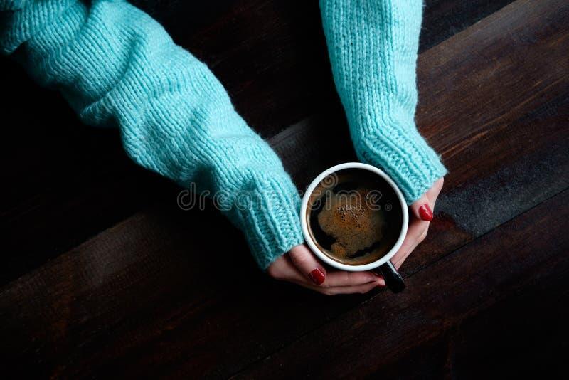 la tazza di coffe passa il primo piano fotografie stock libere da diritti