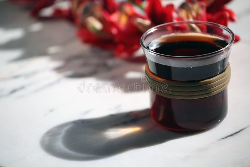 La tazza di t? calda nera non marmorizza nessuno immagini stock