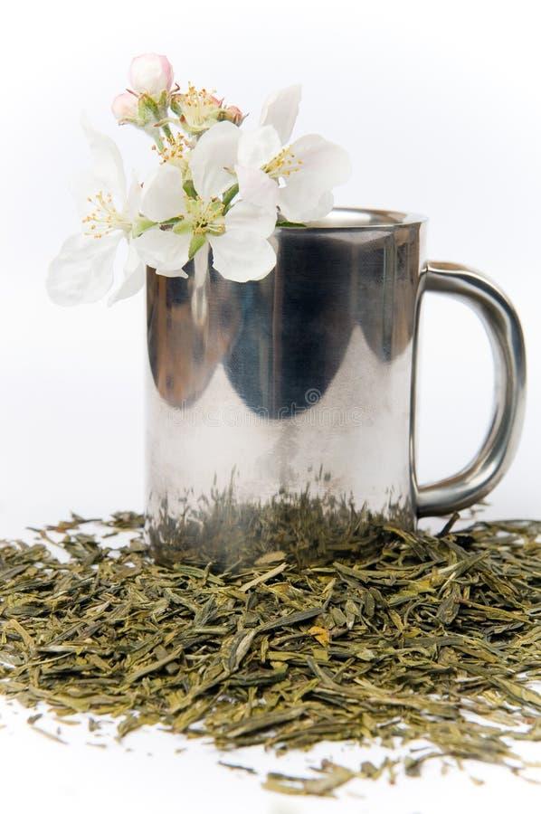La Tazza Di Tè Con Il Fiore E Di Tè Copre Di Foglie Immagine Stock