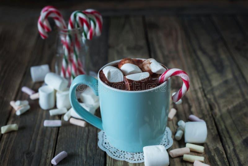 La tazza ha riempito di cioccolata calda e caramella gommosa e molle e bastoncini di zucchero i immagini stock libere da diritti
