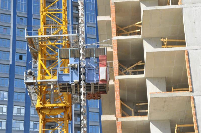 La tecnología o el arte de la alta construcción del apartamento de la subida usando la grúa, elevación, haz del metal, ladrillo,  fotos de archivo