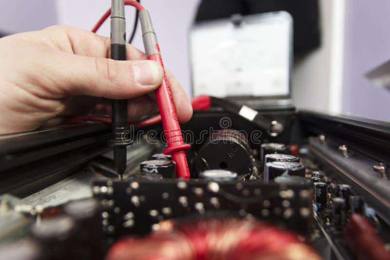 La tecnología prueba el equipo electrónico en centro de servicio imagen de archivo