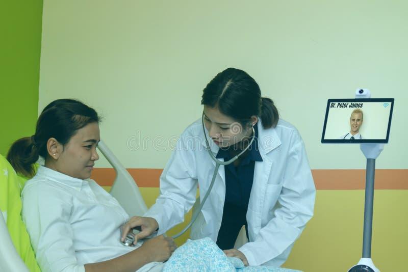 La tecnologia astuta nel concetto medico, dotor prova a auscultate il paziente nella sala con il robot astuto con il robot di tel immagine stock libera da diritti