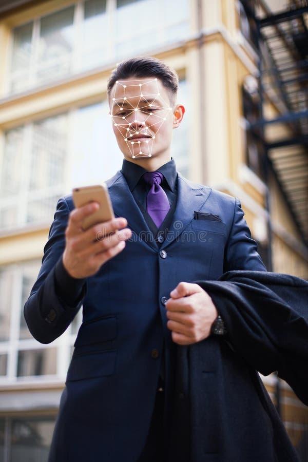 La tecnologia del riconoscimento informatico delle persone e il concetto di intelligenza artificiale Il volto di un giovane uomo  immagini stock