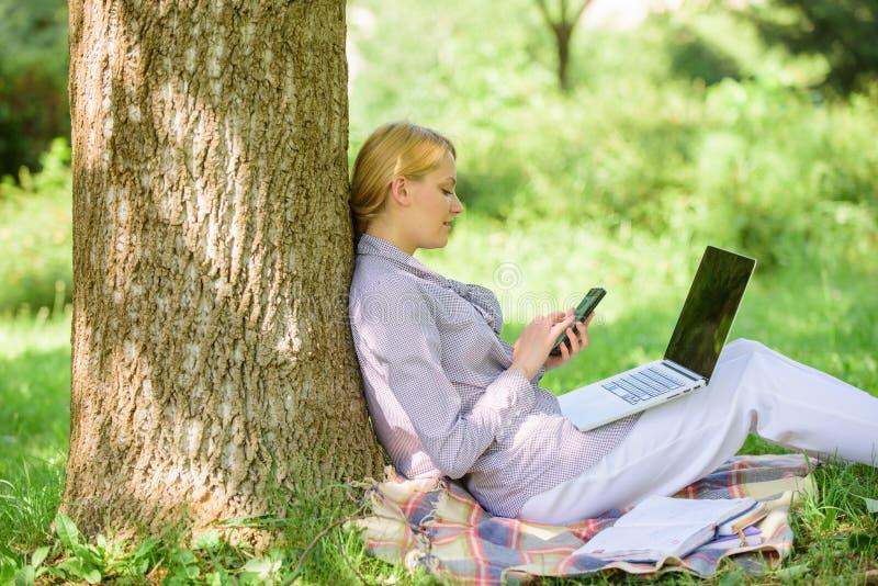 La tecnologia moderna dà più opportunità di realizzare il vostro potenziale Usi la tecnologia digitale di opportunità Donna con immagine stock libera da diritti