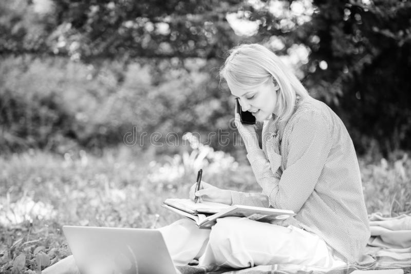 La tecnologia moderna d? pi? opportunit? di realizzare il vostro potenziale Donna con funzionamento dello smartphone e del comput fotografia stock