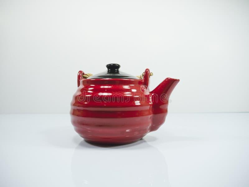 La teiera cinese rossa su un fondo bianco fotografia stock