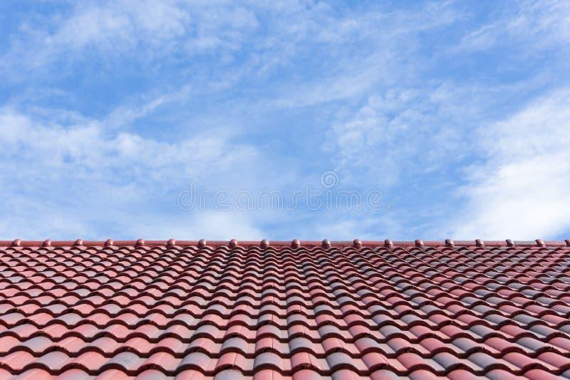 La teja de tejado con el cielo imagen de archivo