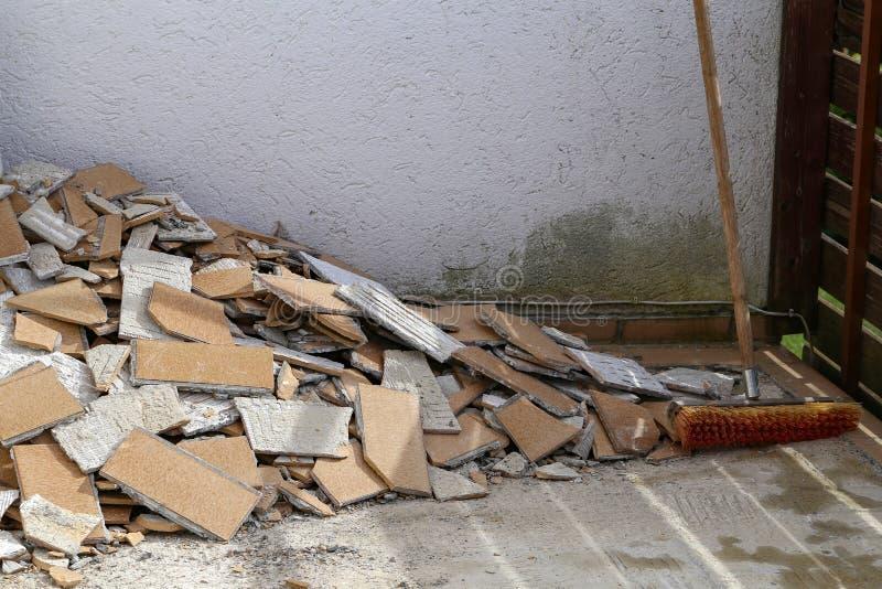 La teja quebrada vieja llenó para arriba imagen de archivo libre de regalías
