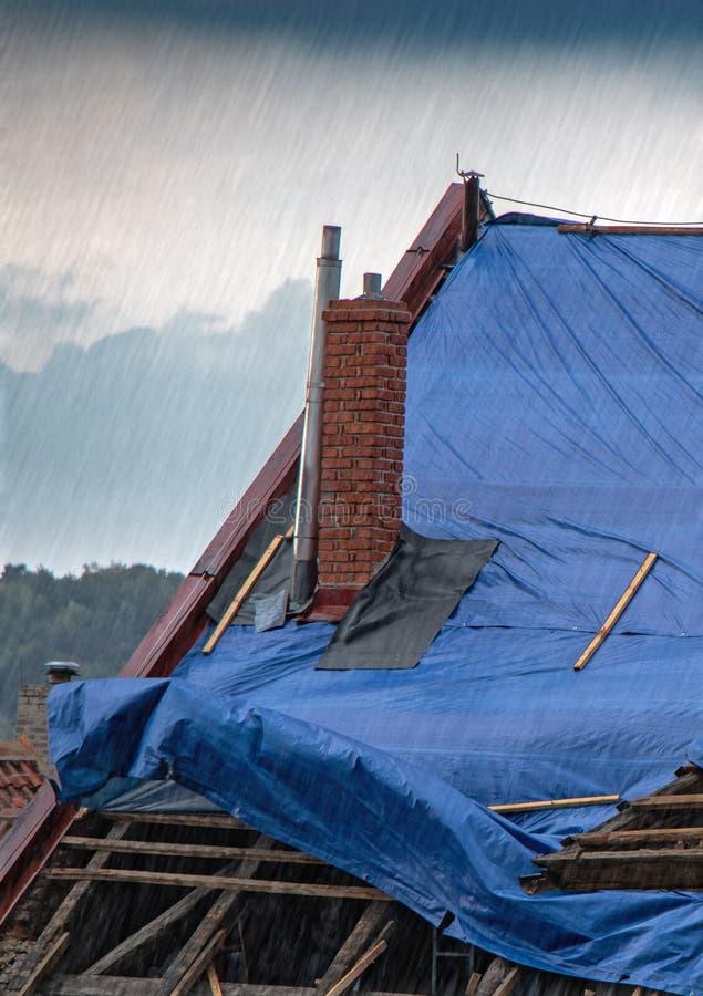 La tela cerata protettiva sul tetto immagini stock