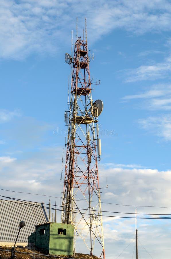 La telecomunicación se eleva en el top de la montaña en Tailandia foto de archivo