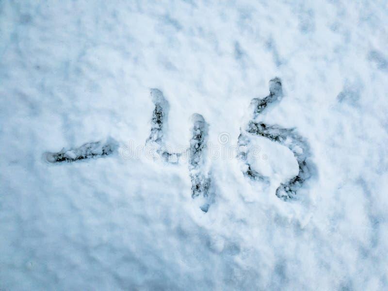 La température de -46 écrit dans la neige fraîchement tombée image libre de droits