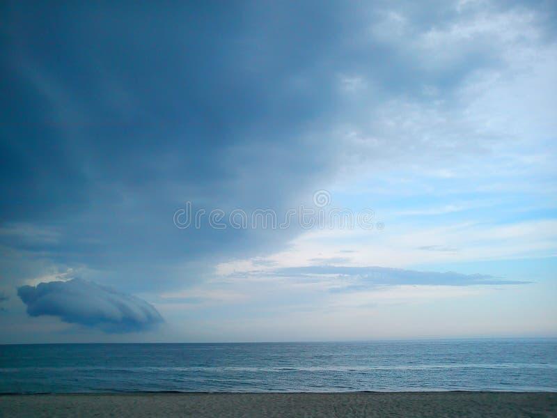 La tempête de début est prête à frapper un coup de poing sur le ciel calme images libres de droits