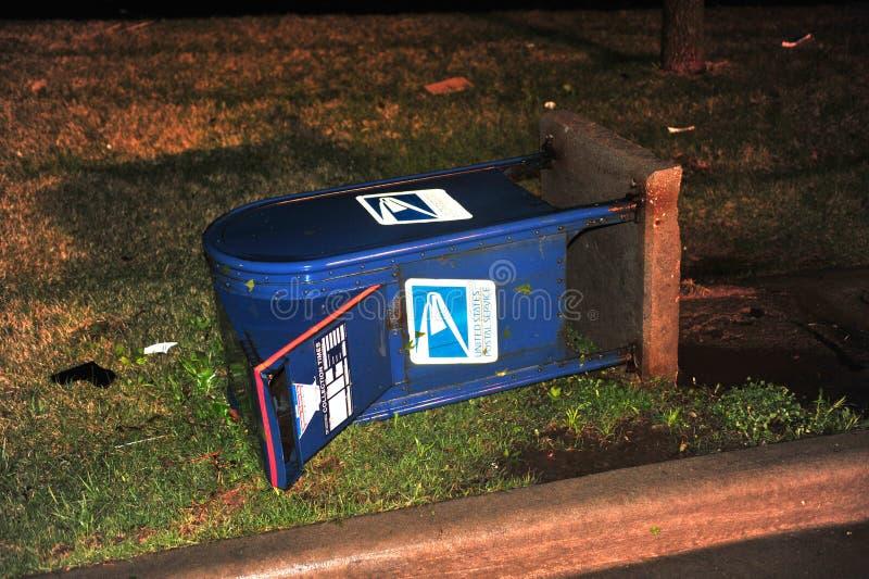 La tempête a endommagé la boîte aux lettres photo libre de droits