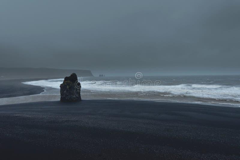 La tempête sur la plage noire de Vik, Islande images stock