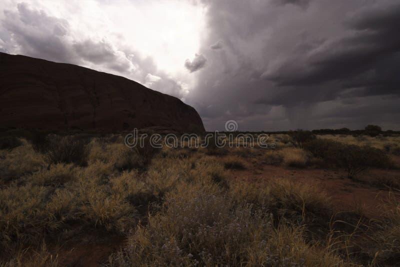 La tempesta di pioggia si avvicina a Uluru nel pomeriggio fotografia stock libera da diritti