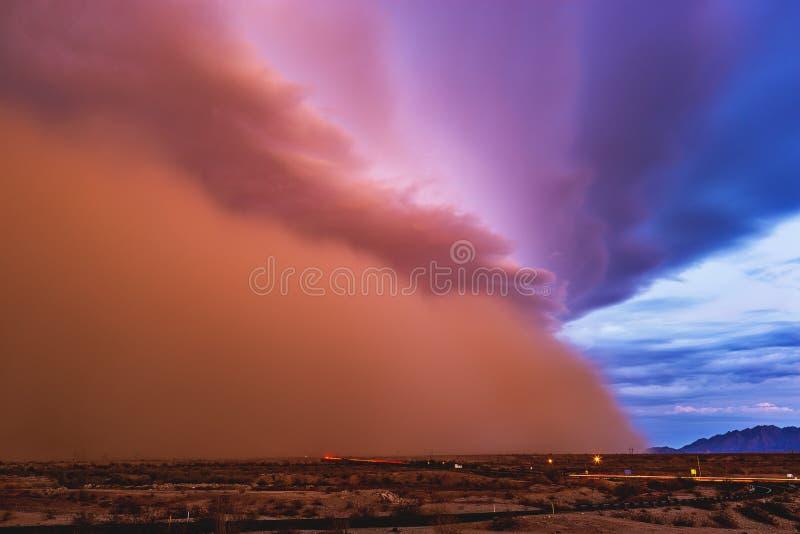 La tempesta di sabbia si muove attraverso il deserto dell'Arizona immagini stock