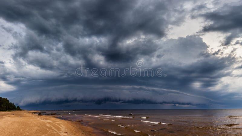 La tempesta drammatica si rannuvola il mare fotografia stock