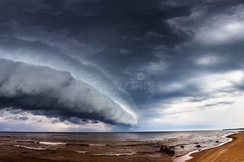 La tempesta drammatica si rannuvola il mare fotografia stock libera da diritti