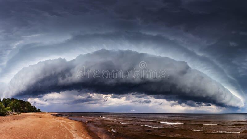 La tempesta drammatica si rannuvola il mare fotografie stock