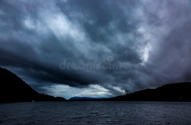 La tempesta drammatica si rannuvola Loch Ness immagine stock