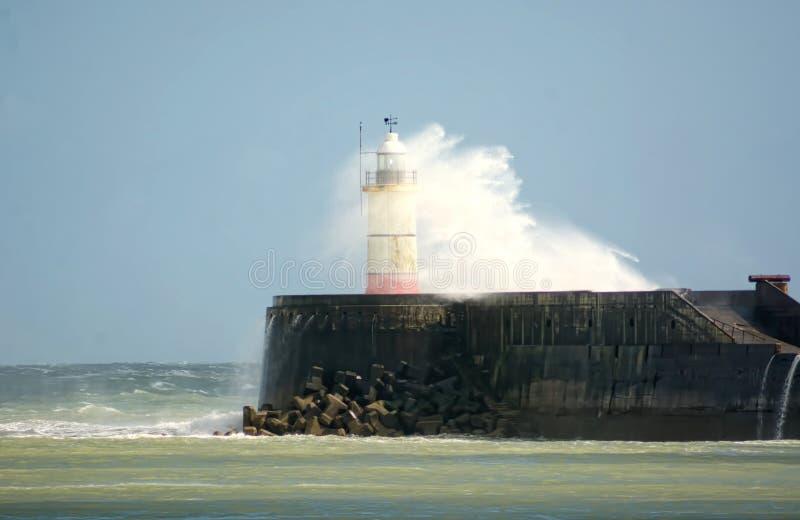 La tempesta Hannah batte il faro di New Haven sussex Il Regno Unito fotografie stock