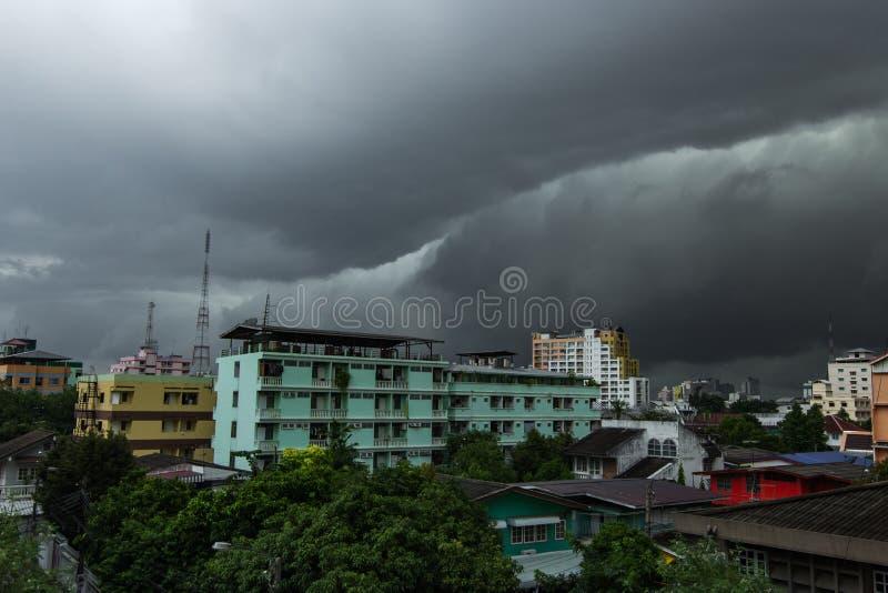 la tempesta si rannuvola la città di Bangkok immagine stock