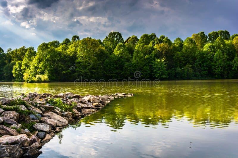 La tempesta si rannuvola il lago centennale, al parco centennale, in Columb fotografia stock libera da diritti