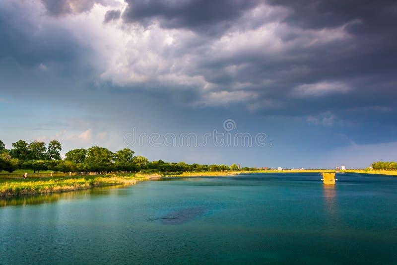 La tempesta si rannuvola il lago druid, al parco della collina del druido a Baltimora, m. immagini stock libere da diritti