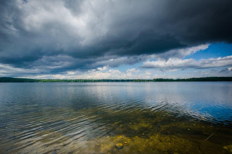 La tempesta si rannuvola il lago Massabesic, in castano dorato, New Hampshire immagine stock