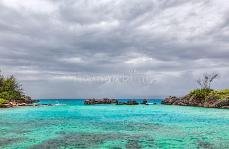 La tempesta si rannuvola la spiaggia della baia del tabacco in Bermude immagini stock