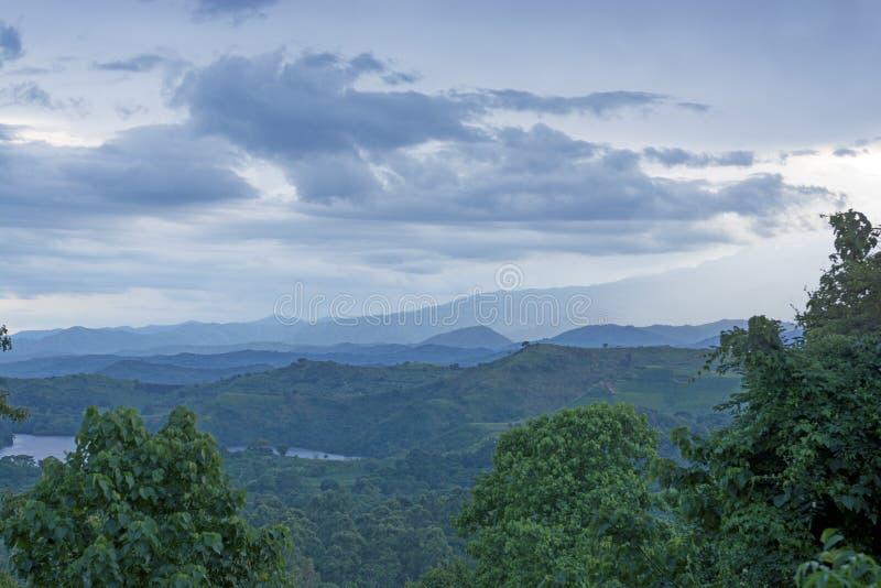 La tempesta si rannuvola le montagne fotografia stock