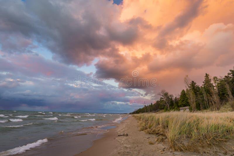 La tempesta si rannuvola una spiaggia del lago Huron fotografie stock libere da diritti