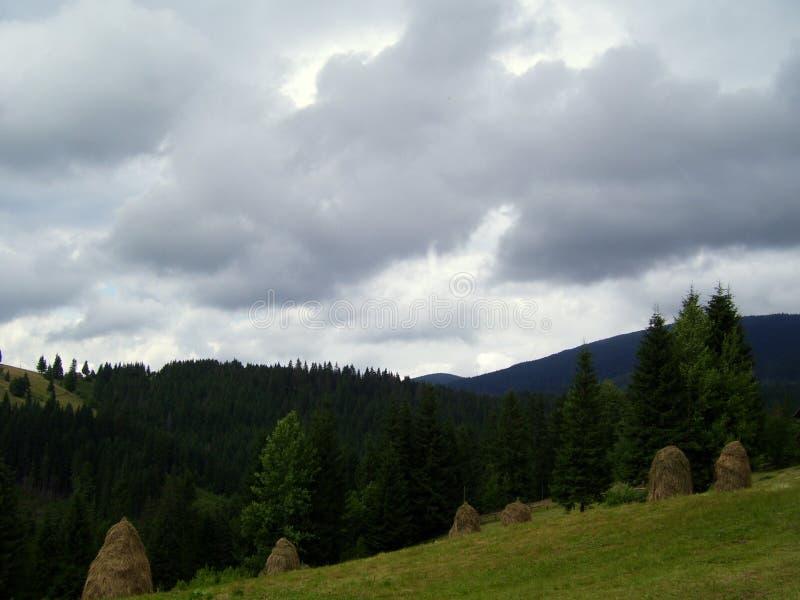 La tempestad de truenos en las montañas fotos de archivo