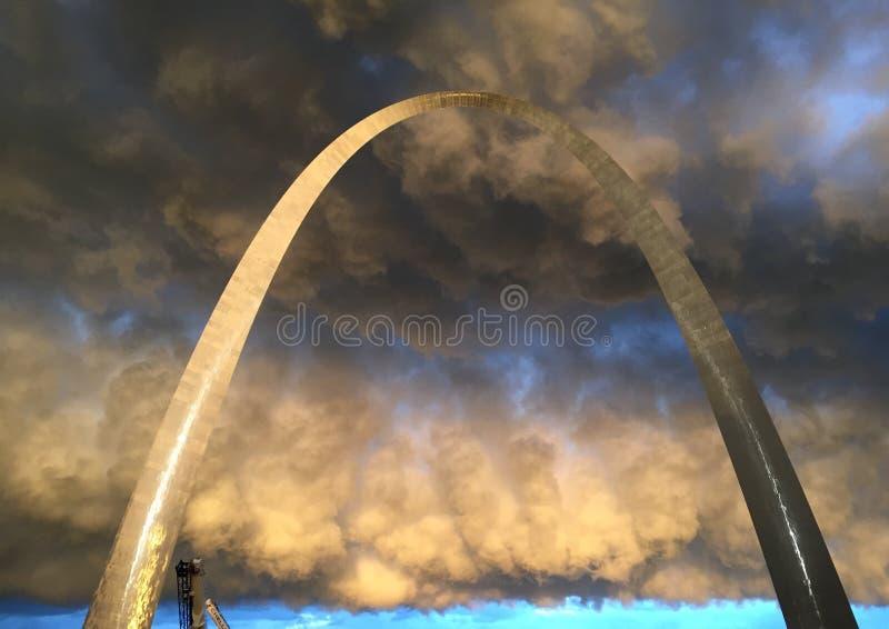 La tempestad de truenos envuelve el ST del arco de la entrada louis foto de archivo libre de regalías
