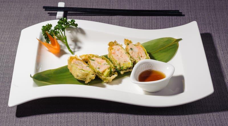 La tempura del fiore della zucca ha riempito di pesce e di gamberetti immagine stock