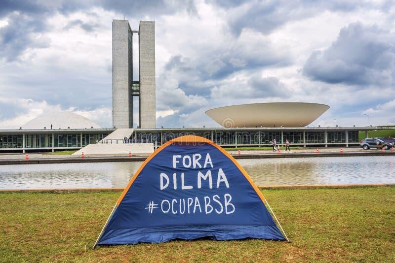 La tenda del dimostrante davanti alla costruzione del congresso nazionale, Brasilia, Brasile immagini stock libere da diritti