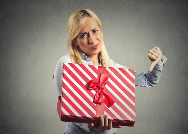 La tenencia de la mujer, caja de regalo de la abertura, descontentó con lo que ella recibió foto de archivo